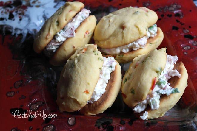Αλμυρά μπισκότα με γέμιση τυριών και μπέικον