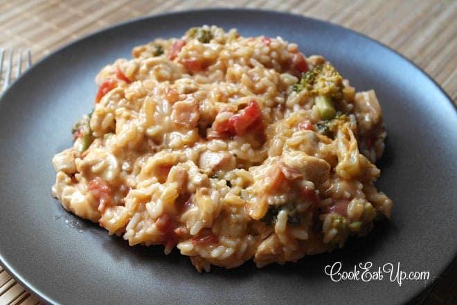 Ρύζι και κοτόπουλο με μπέικον, μπρόκολο και κρεμώδη σάλτσα τυριού