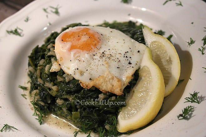 Σπανακόρυζο με τηγανητά αυγά