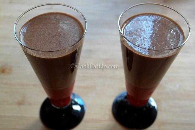 Μους σοκολάτας με σιρόπι φράουλας