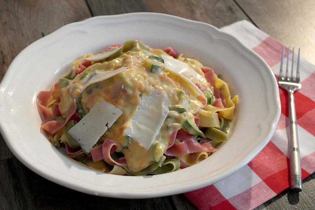 Ζυμαρικά τρικολόρε με τυρένια σάλτσα λαχανικών