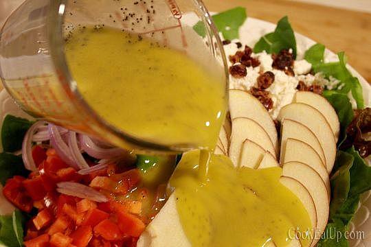 Σαλάτα με μήλα και παπαρουνόσπορο