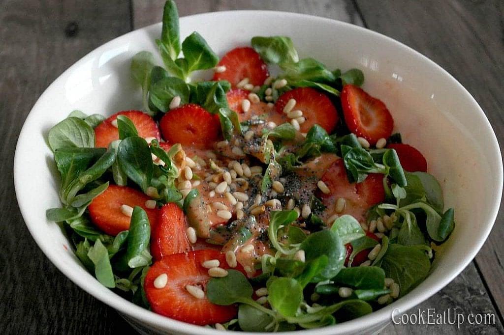 salata me valeriana kai fraoules