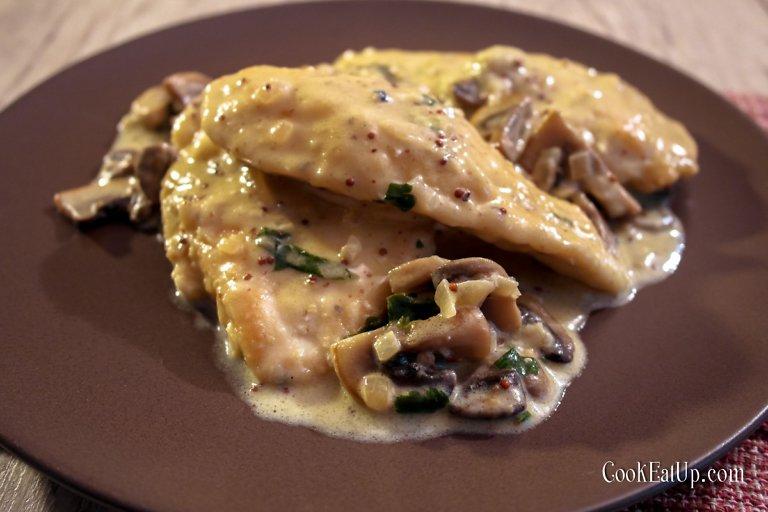 Στήθος κοτόπουλου με μανιτάρια και σάλτσα μουστάρδας