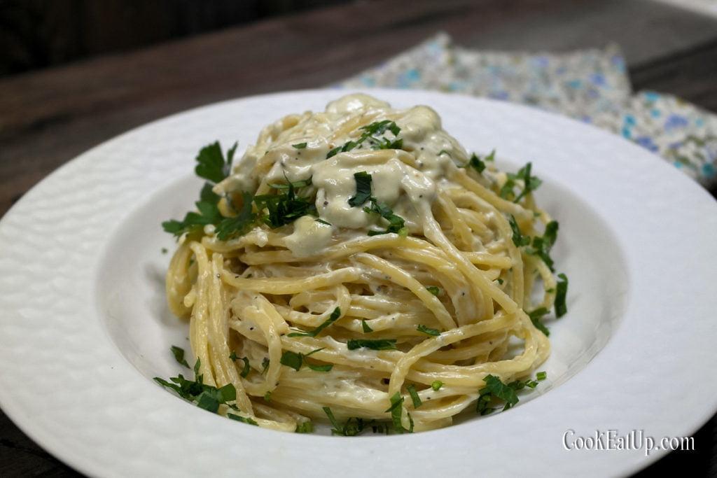 Σπαγγέτι με σάλτσα ροκφόρ και τυρί κρέμα